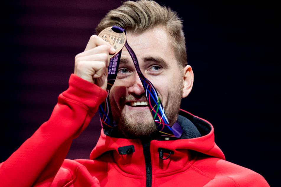 Bei der Siegerehrung strahlt Mateus Przybylko über seine Bronzemedaille.