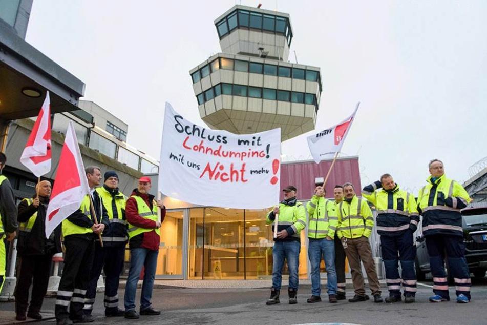 Beschäftigte des Bodenpersonals stehen am 10.03.2017 während eines Streiks vor dem Mitarbeiterzugang des Flughafens Tegel.