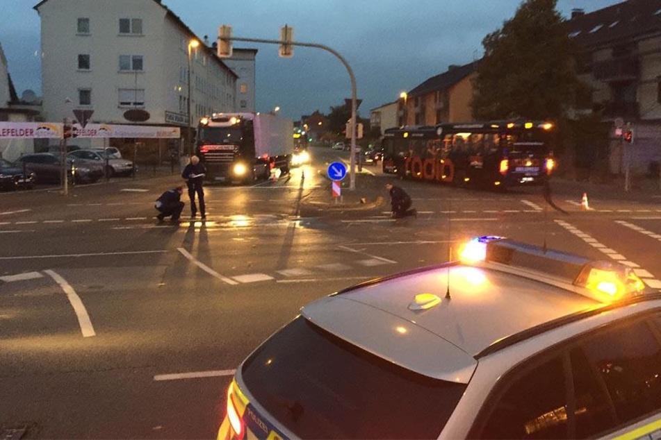 Die Polizei Bielefeld ist derzeit bei der Unfallaufnahme.
