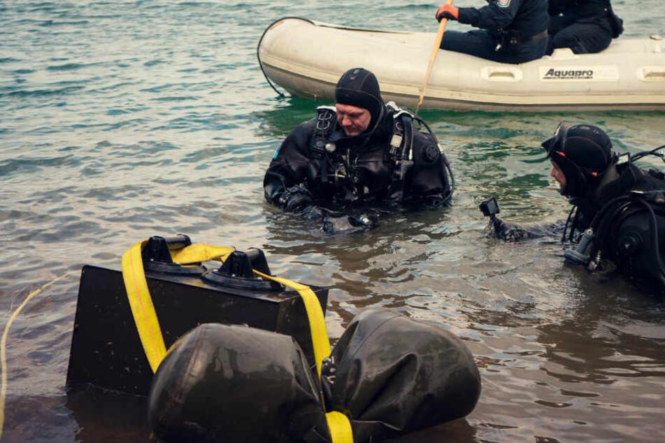 Die Polizeitaucher bargen den Tresor aus dem See.