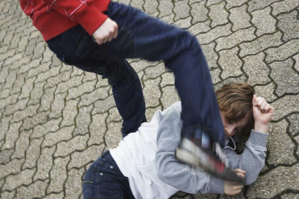 Schläge und Tritte auf dem Pausenhof: Zu solchen Gewaltausbrüchen an Sachsens Schulen sollen es Streitschlichter möglichst gar nicht erst kommen lassen.