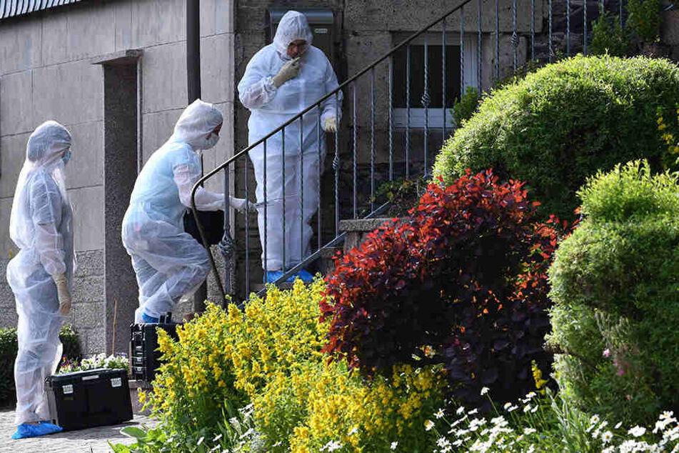 Kriminaltechniker sichern Spuren am Tatort in Altenfeld.