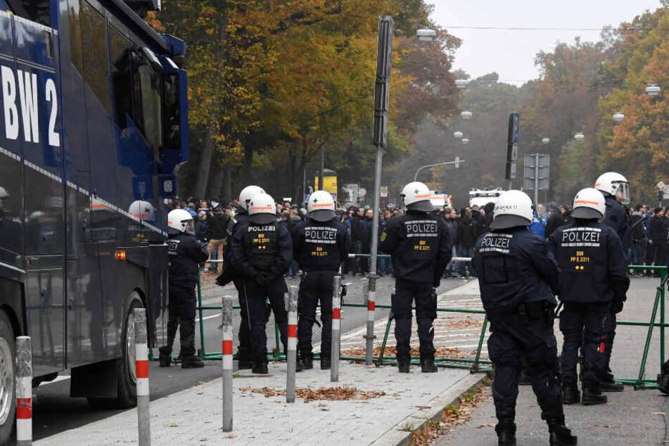Im Oktober 2016: Einsatzkräfte der Polizei sichern vor Spielbeginn den Bereich vor dem Stadion in Karlsruhe. (Archivbild)