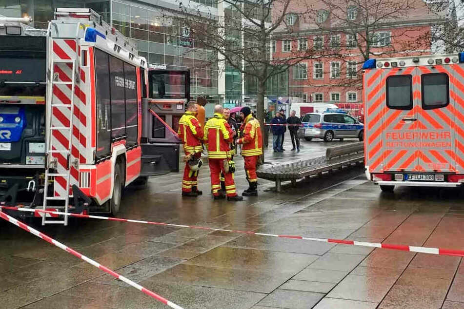 Feuerwehrleute im Einsatz am Anger in Erfurt.