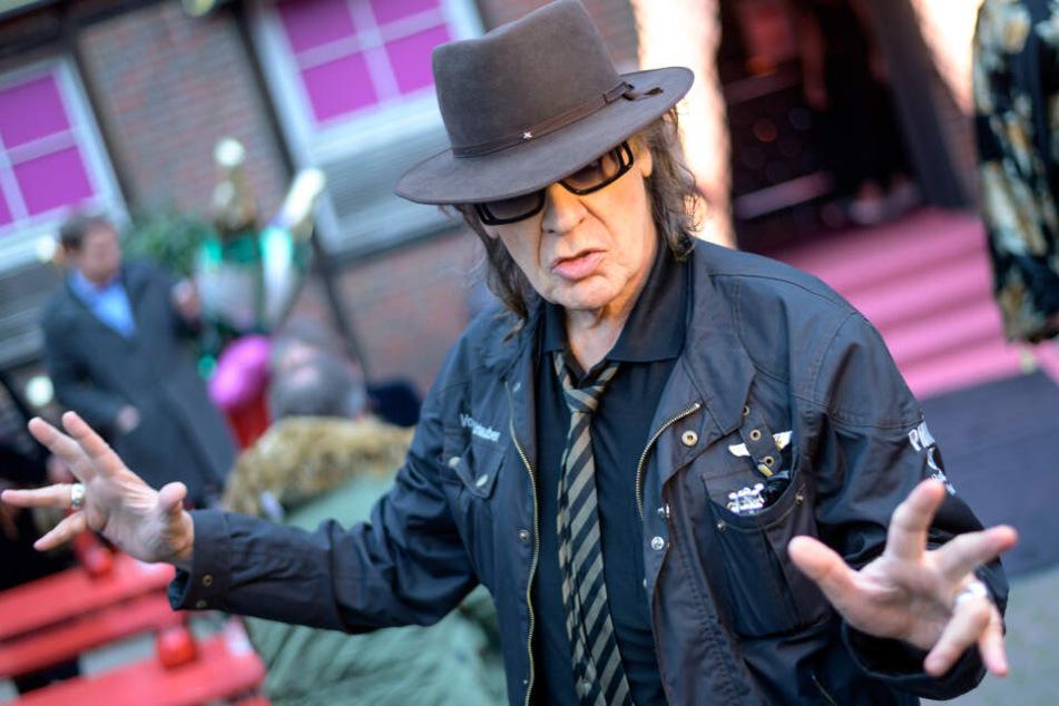 """Udo Lindenberg, feiert bei der Eröffnung des Burlesque-Nachtclubs """"The Bunny Burlesque"""" vor der Eingangstür."""