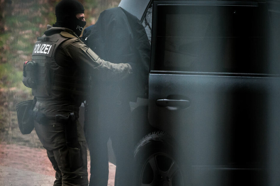 Der Verdächtige wird am 21.12.2017 auf dem Gelände des Bundesgerichtshof in Karlsruhe von Polizeieinheiten aus einem Fahrzeug geführt.