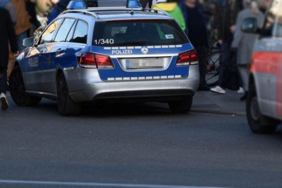 Zwei Autos seien aufeinander zugefahren. In einem Wagen habe der mutmaßliche spätere Messerstecher mit seiner Frau gesessen.