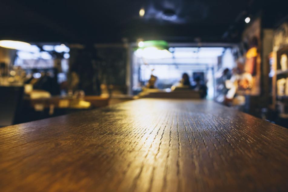 Laut Polizei hatte der 21 Jahre alte Inhaber der Bar in der Karl-Marx-Straße den 37-Jährigen Stammgast gebeten, kurz auf das Lokal aufzupassen (Symbolbild).