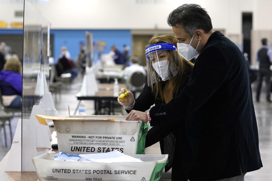 Wahlhelferinnen und Wahlhelfer in Milwaukee führen eine Handauszählung der Stimmzettel für die Präsidentschaftswahlen der USA durch, die im Rahmen einer nach Landesrecht vorgeschriebenen Prüfung erfolgt.