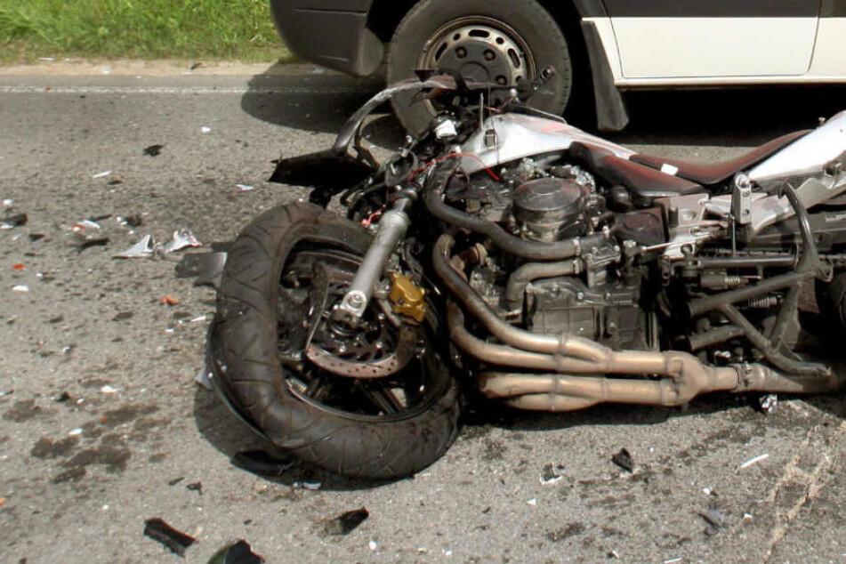 Der Pkw-Fahrer übersah den Motorradfahrer: Dann krachte es (Symbolbild).