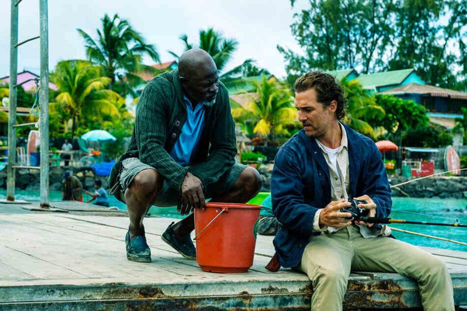 Duke (l., Djimon Hounsou) versucht seinem schwierigen Chef Baker Dill (Matthew McConaughey) zu helfen, wo er nur kann.
