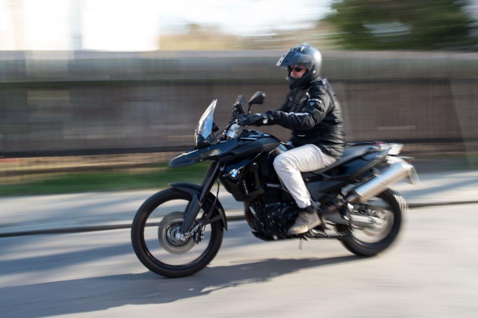 Ein Mottoradfahrer war mit 100 Stundenkilometern zu schnell unterwegs. (Symbolbild)