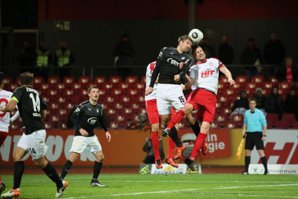 Ronny König im Kopfballduell gegen Kölns Kapitän Daniel Flottmann.