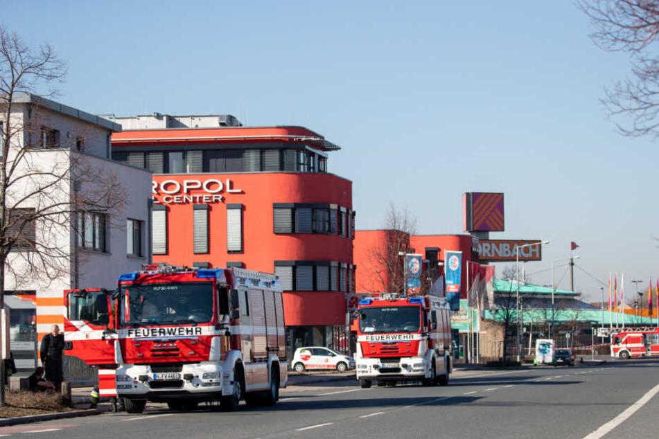 Feuerwehr-Fahrzeuge stehen auf einer Straße neben einem Gelände, auf dem eine Fliegerbombe aus dem Zweiten Weltkrieg entdeckt wurde.