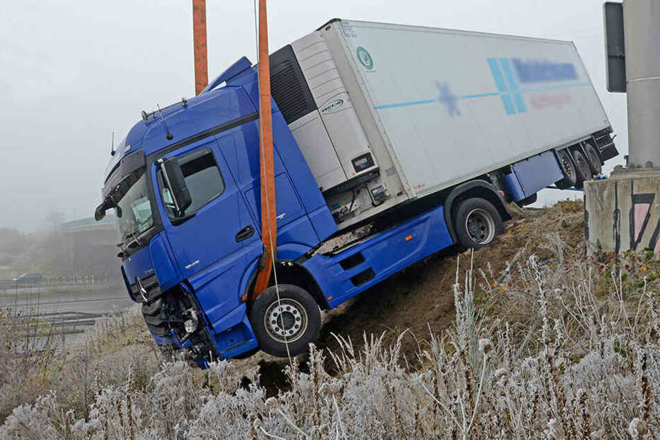Ein Lastwagen war bei Moorfleet von der Fahrbahn gerutscht.