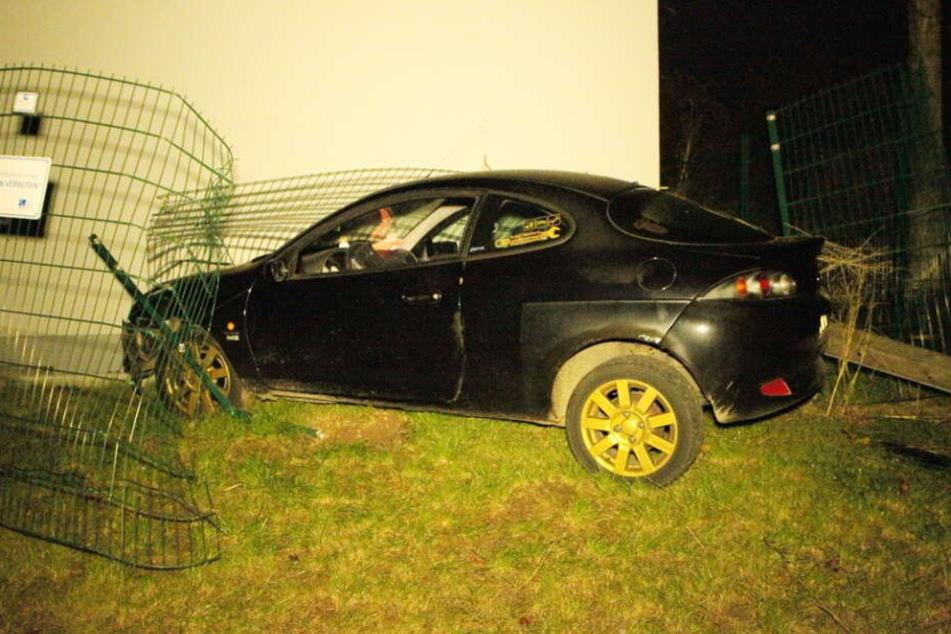 Das Auto krachte durch den Zaun.