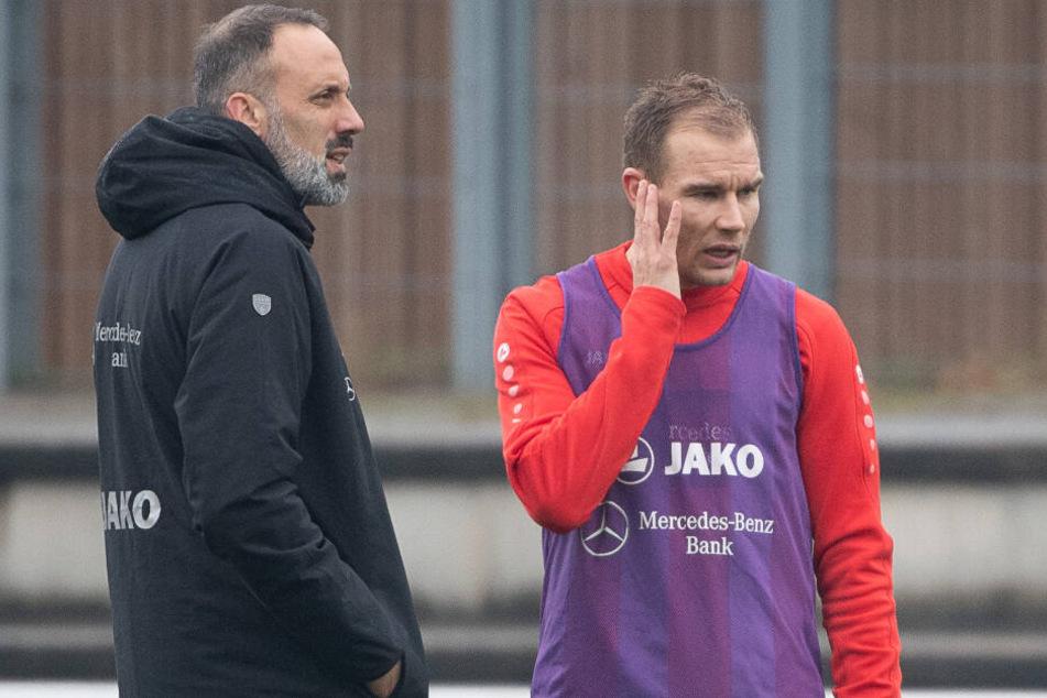 Pellegrino Matarazzo (l.), Trainer des VfB Stuttgart, spricht mit Holger Badstuber beim Training.