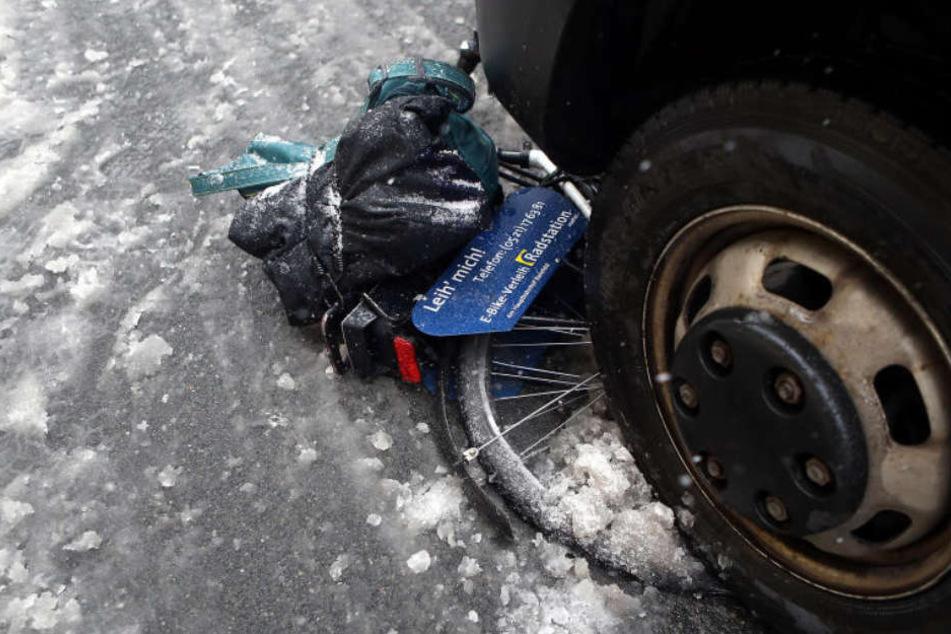 Der Radfahrer geriet unter den Lieferwagen.