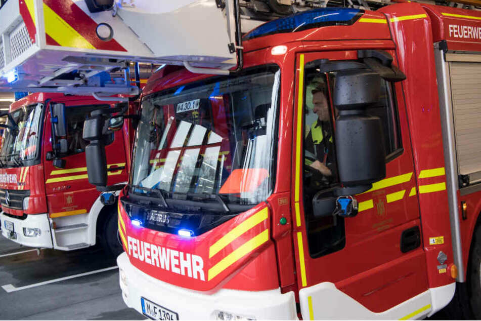 Feuerwehrmänner der Berufsfeuerwehr München fahren zu einem Einsatz.