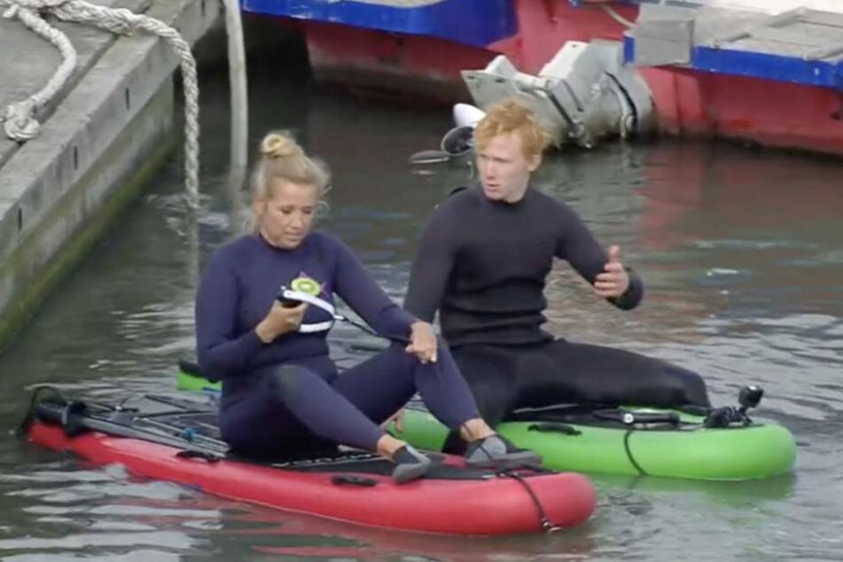 Die Moderatorin erhält von ihrem Surflehrer noch kurze Anweisungen.