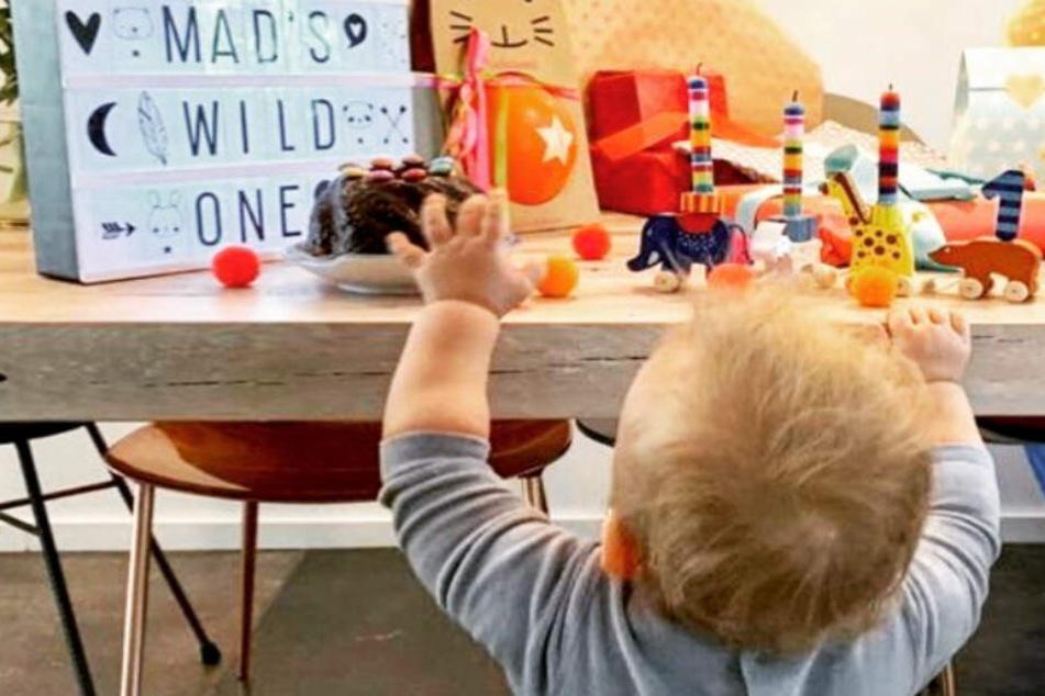 Mads feiert Geburtstag: Der kleinste Carpendale hat einen Kuchen fest im Visier.