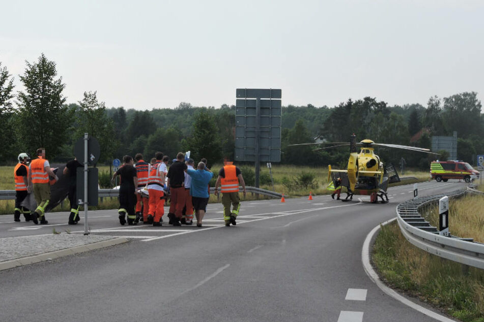 Eine junge Frau kämpft derzeit um ihr Leben. Sie wurde mit einem Hubschrauber ins Krankenhaus gebracht.