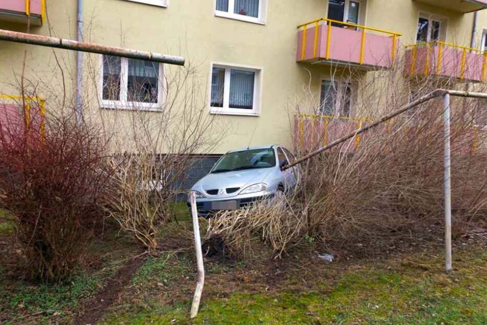 Die Fahrt wurde erst durch ein robustes Eisengländer vor dem Wohnhaus gestoppt.