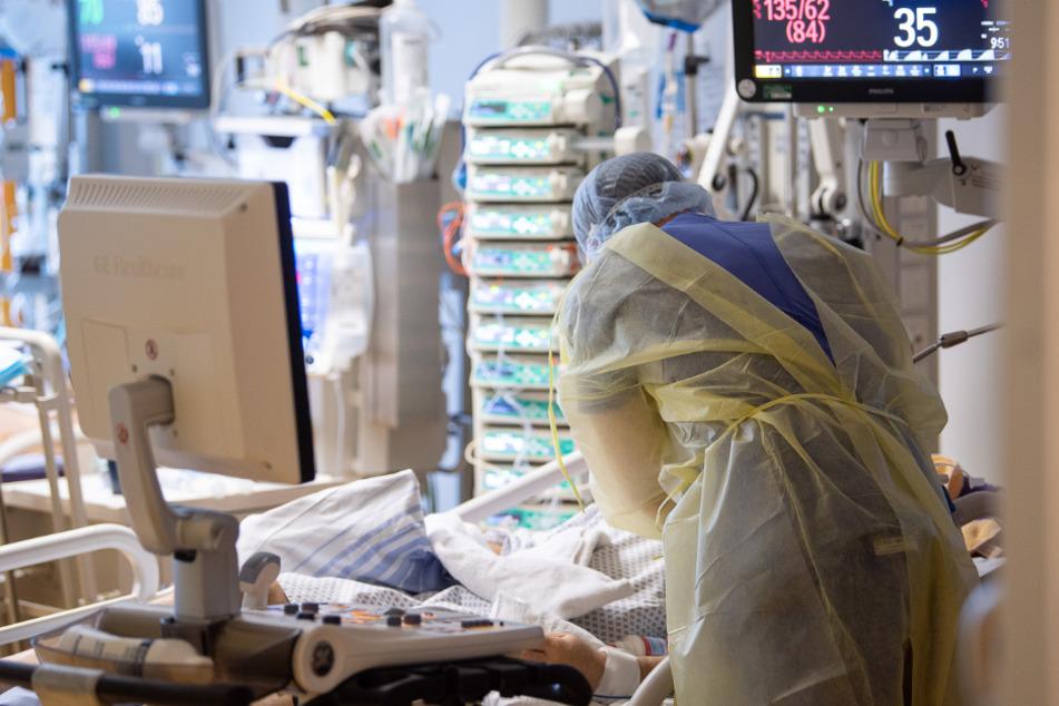 Ein Intensivpfleger arbeitet auf einer Intensivstation an einem Covid-19-Patient.