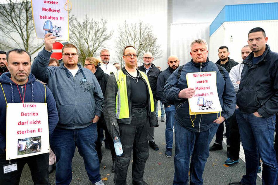 """""""Unser Betrieb darf nicht sterben"""" und """"Wir wollen unsere Molkerei behalten"""" steht auf den Schildern."""