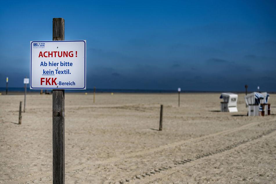 Nackte Tatsachen als Ost-Export: Auch im Westen trennen Schilder längst FKK-Bereiche an den Stränden ab - so wie hier im nordfriesischen Sankt Peter-Ording.