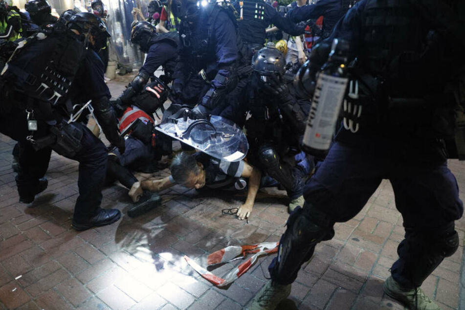 Polizisten drücken Teilnehmer einer Kundgebung gegen Polizeigewalt auf den Boden. (Archivbild)