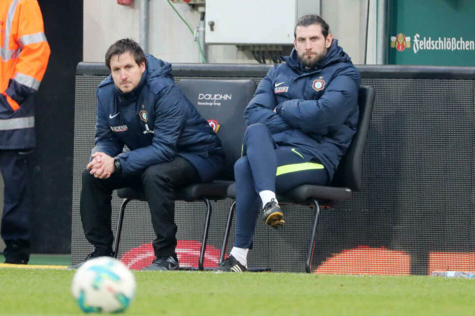 Müssen bis Freitagabend Lösungen finden, um ihr Team wieder in die Spur zu bekommen: Cheftrainer Hannes Drews (l.) und sein Co Robin Lenk.