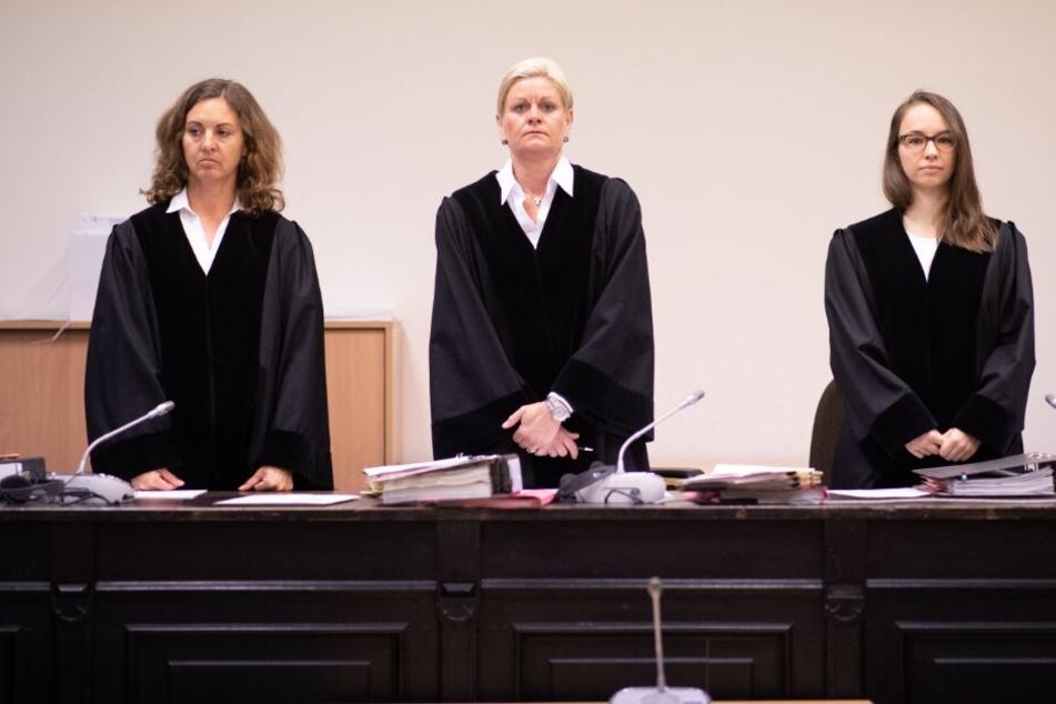 Die Vorsitzende Richterin Jessica Körner (M), und die Richterinnen Esther Waskow (l) und Anja Bothien im Gerichtssaal.
