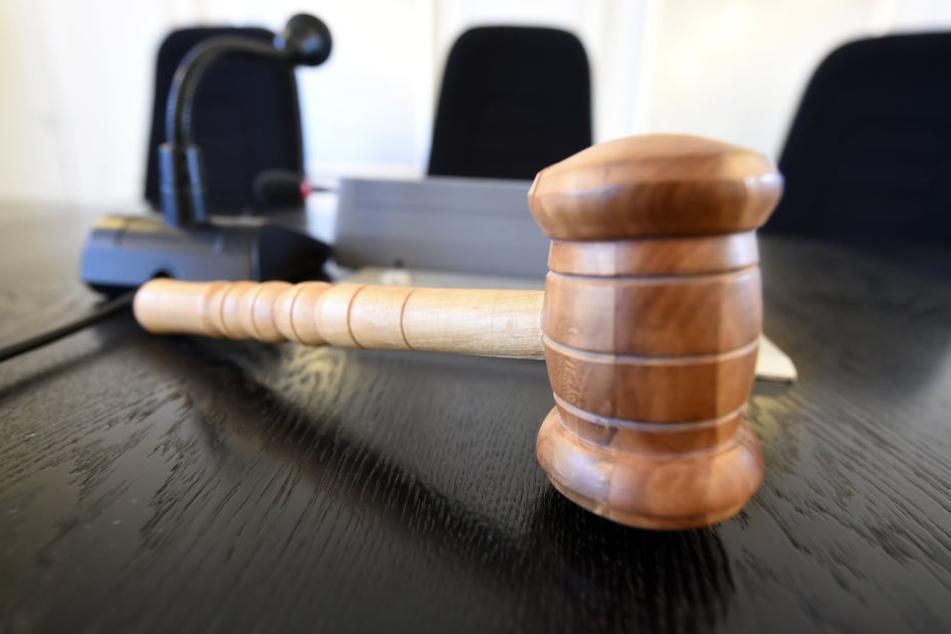 Immer wieder werden Straftäter verurteilt, die die Prozesskosten nicht tragen können. (Symbolbild)