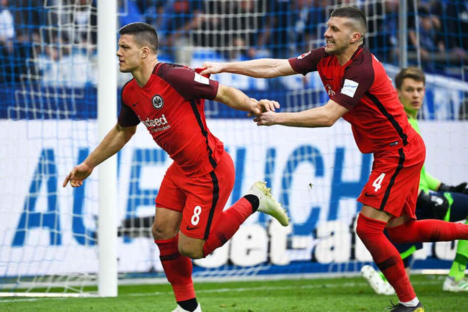 Die beiden Frankfurter Torschützen Ante Rebic (r.) und Lukas Jovic bejubeln den 2:1-Siegtreffer in der neunten (!) Minute der Nachspielzeit.