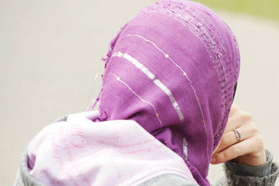 Kopftuch-Verbot im Dienst? NRW will religiöse Kleidung und Symbole verbieten