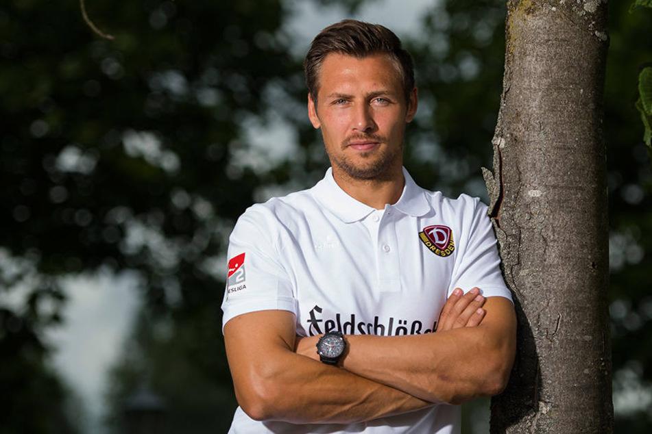 Locker und relaxt lehnt Sören Gonther im Dynamo-Trainingscamp an einem Baum. Der Verteidiger sagt offen seine Meinung, ist ein Leadertyp.