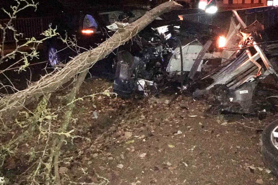 BMW-Fahrer donnert besoffen gegen Baum und richtet riesigen Schaden an