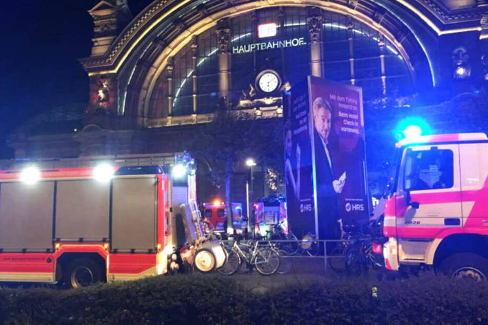 Feuerwehrautos standen mit eingeschaltetem Blaulicht vor dem Hauptbahnhof Frankfurt.