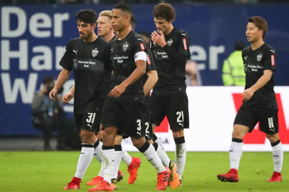 Stuttgarts Berkay Özcan (von links nach rechts), Andreas Beck, Dennis Aogo, Emiliano Insua, Benjamin Pavard und Takuma Asano im Spiel gegen den Hamburger SV.