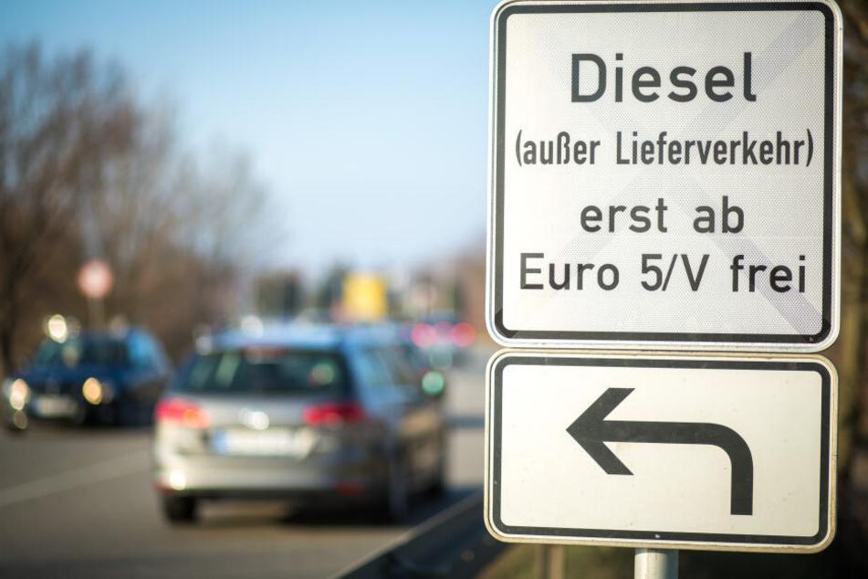 Berlin will noch 15 weitere Straßenabschnitte für bestimmte Dieselfahrzeuge sperren (Symbolbild).