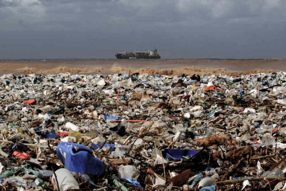 Die EU will mit Beispiel vorangehen und den immensen Plastikmüll auf der Welt reduzieren, wie hier an einem Strand des Distrikts Keserwan im Libanon, nördlich der Hauptstadt Beirut. (Archivbild)