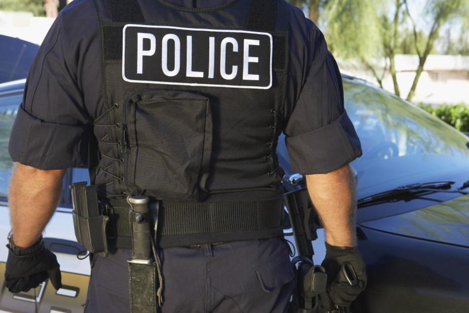 Der Mann gab sich mit einem gefälschten Ausweis als Polizist aus. (Symbolbild)