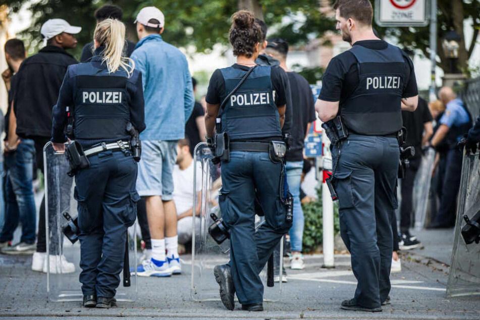 Die Polizisten waren in der Nacht angegriffen worden.