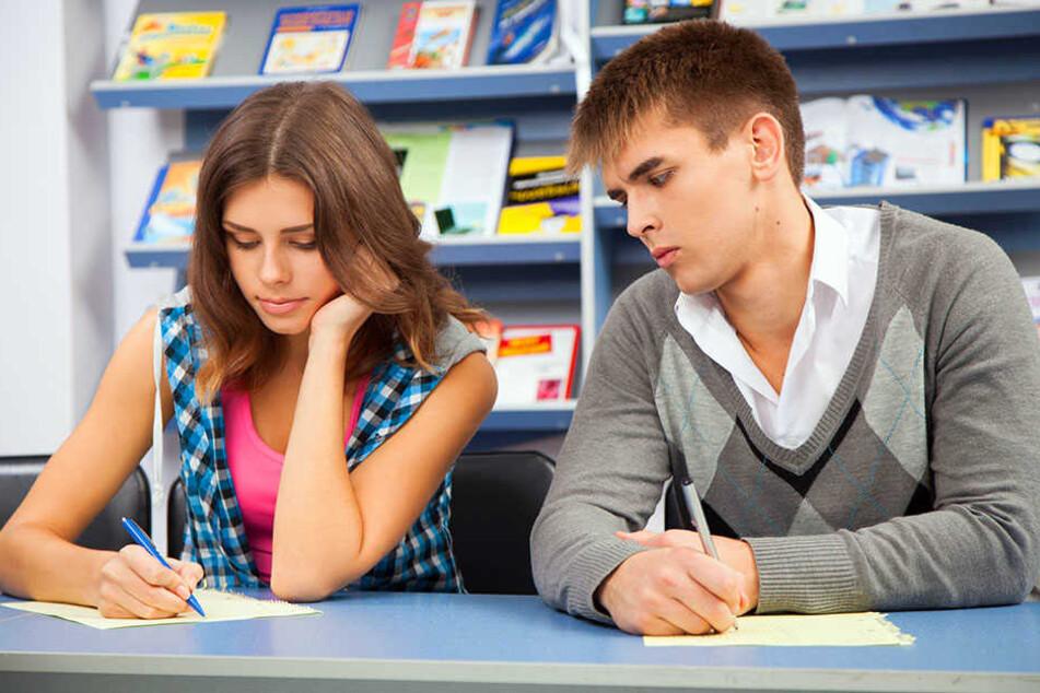Vier von fünf Studenten schummeln während Prüfungen. (Symbolbild)