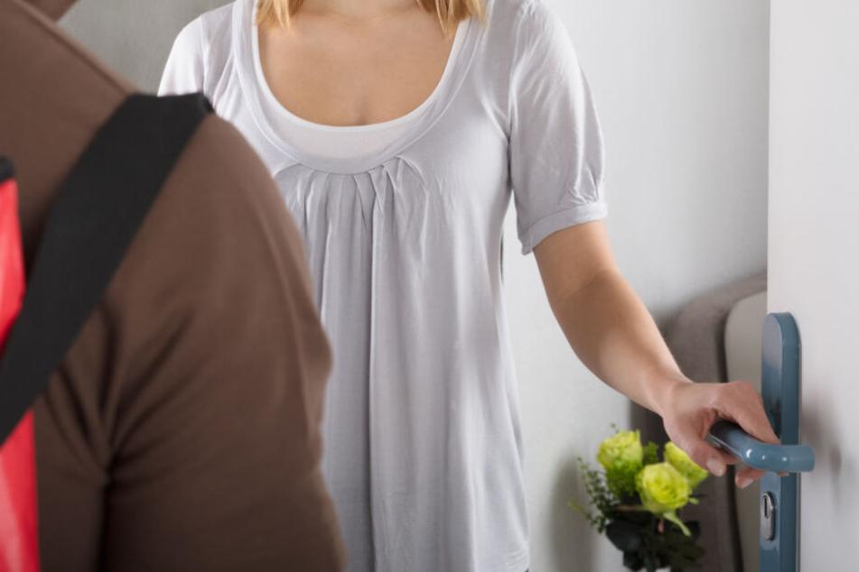 Der Unbekannte klingelte bei einer Frau und fragte nach einer Nachbarin, bevor er sich vor ihr entblößte. (Symbolbild)