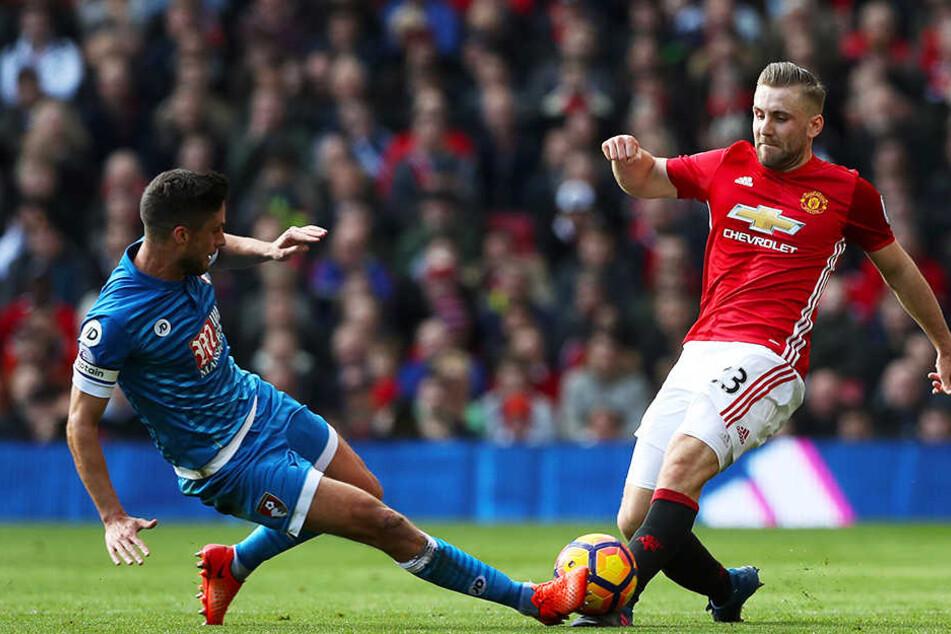 Kann mittlerweile wieder Fußball auf höchstem Niveau spielen: Manchester Uniteds Luke Shaw (r.), hier im Zweikampf mit AFC-Bournemouth-Profi Andrew Surman.