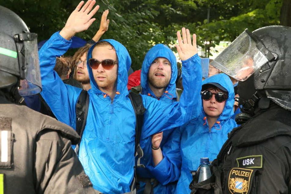 Demonstranten werden von den Polizisten in Hamburg eingekesselt.