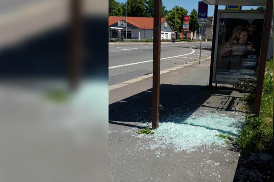Auch in der Zwickauer Straße wurde die Scheibe einer Bushaltestelle zerstört.