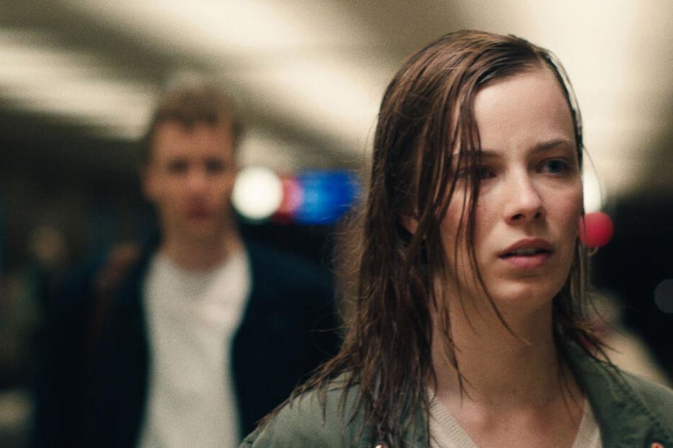 Nora (Saskia Rosendahl) muss den schweren Verlust ihres Freundes Aron (Julius Feldmeier) verarbeiten.
